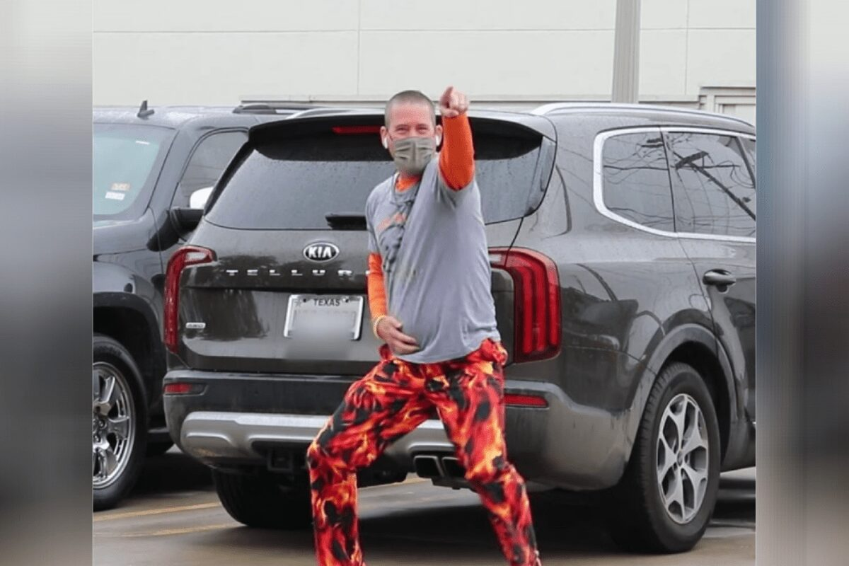 Texas dad dances outside his son's hospital window while he gets cancer treatments.