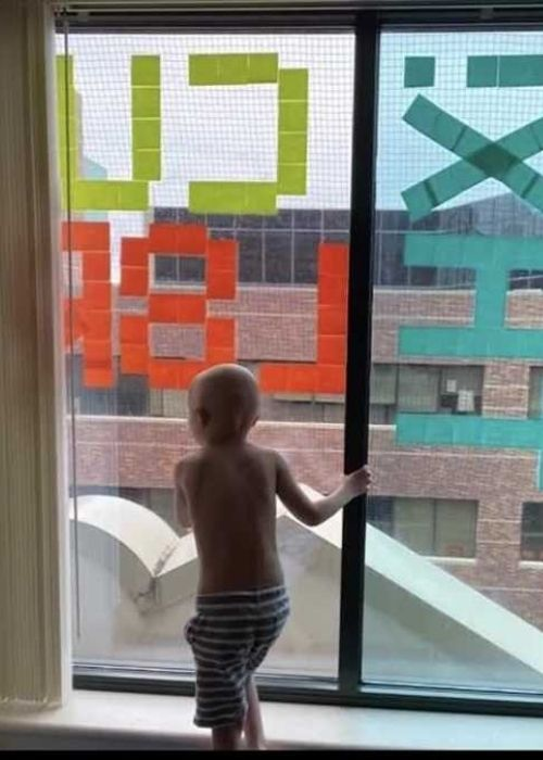 Boy undergoing cancer treatment makes new friends with hospital staff across the street using Post-it notes