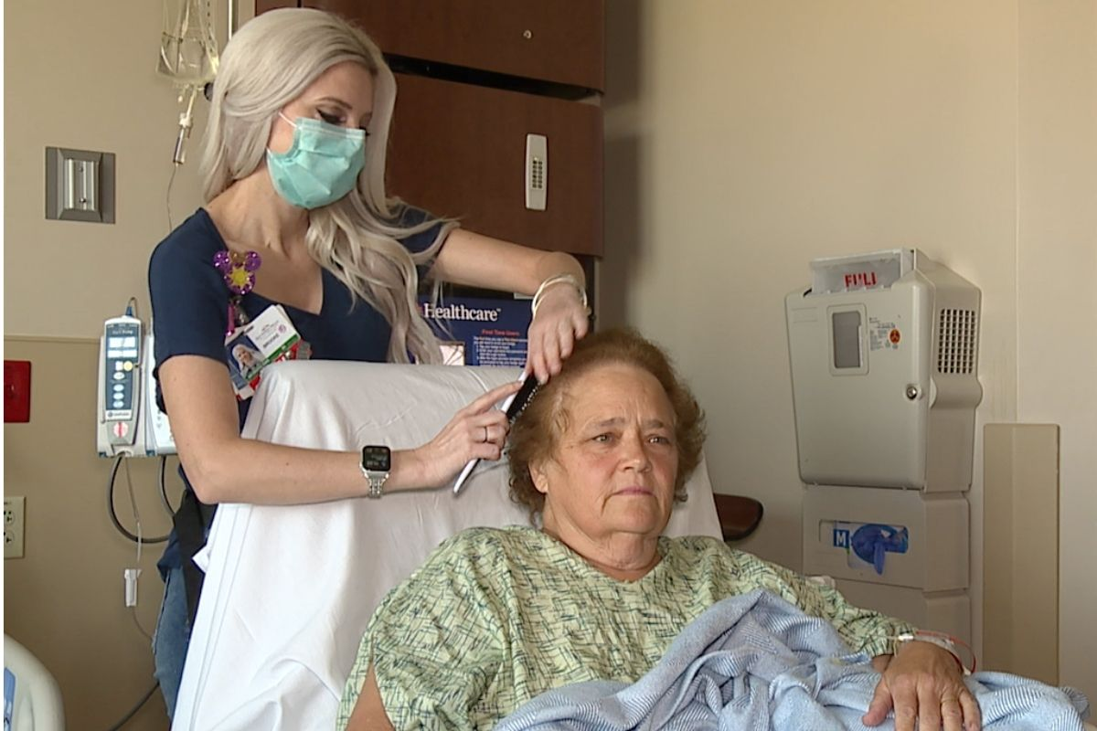 """Las Vegas nurse brushes and braids patients' hair on her days off – """"it's so important to be kind"""""""